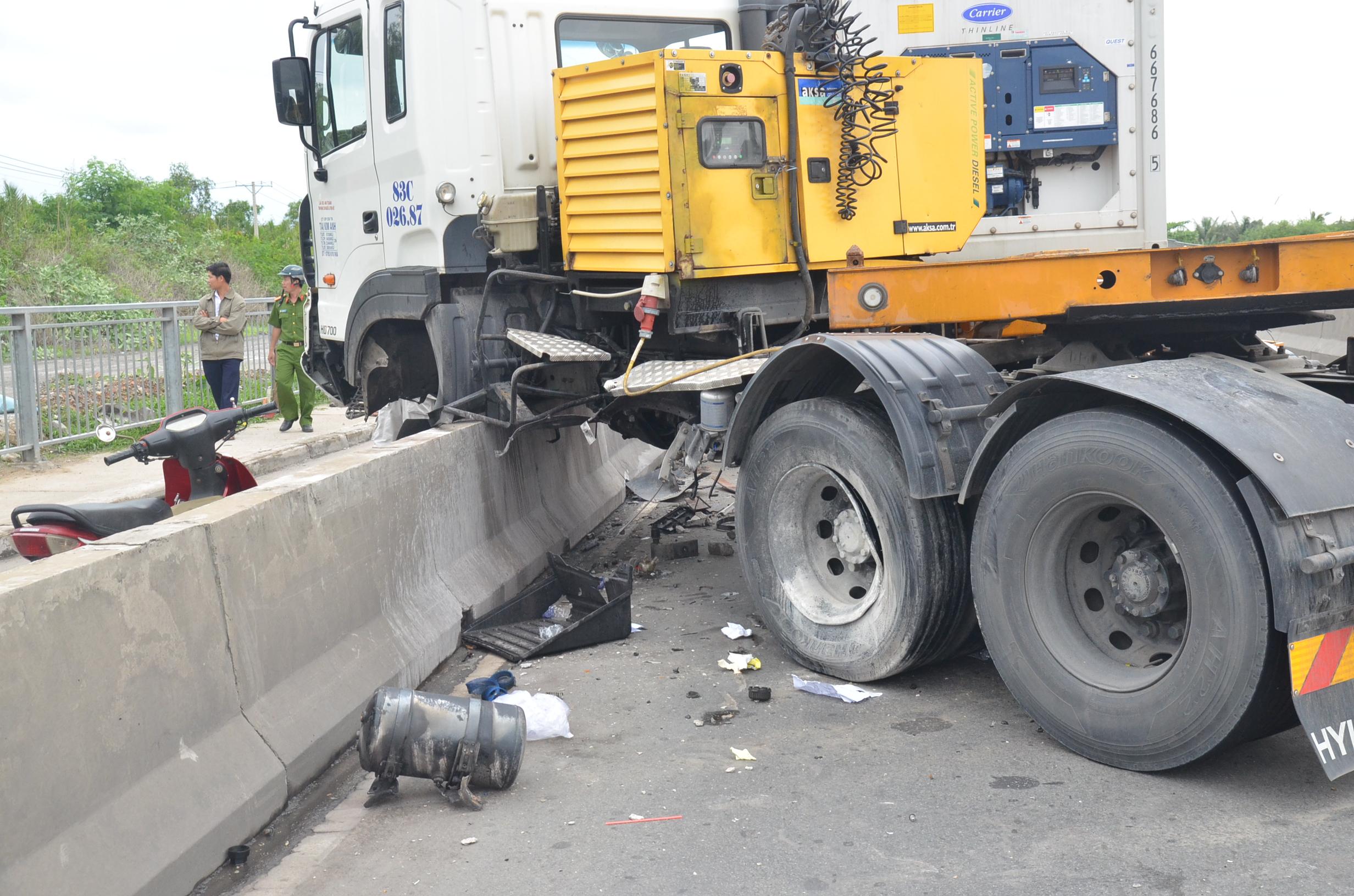 Hiện trường vụ tai nạn giữa xe container và xe tải ngay chân cầu Phú Mỹ.