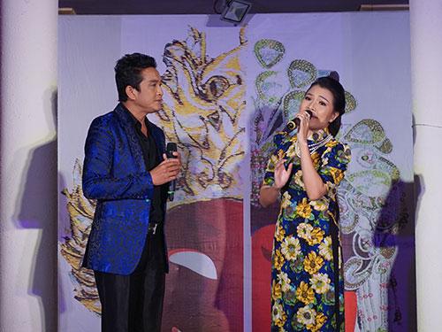 NSƯT Trọng Phúc và Ngọc Đợi biểu diễn tại sân khấu khách sạn Oscar (68 Nguyễn Huệ, quận 1, TP HCM)