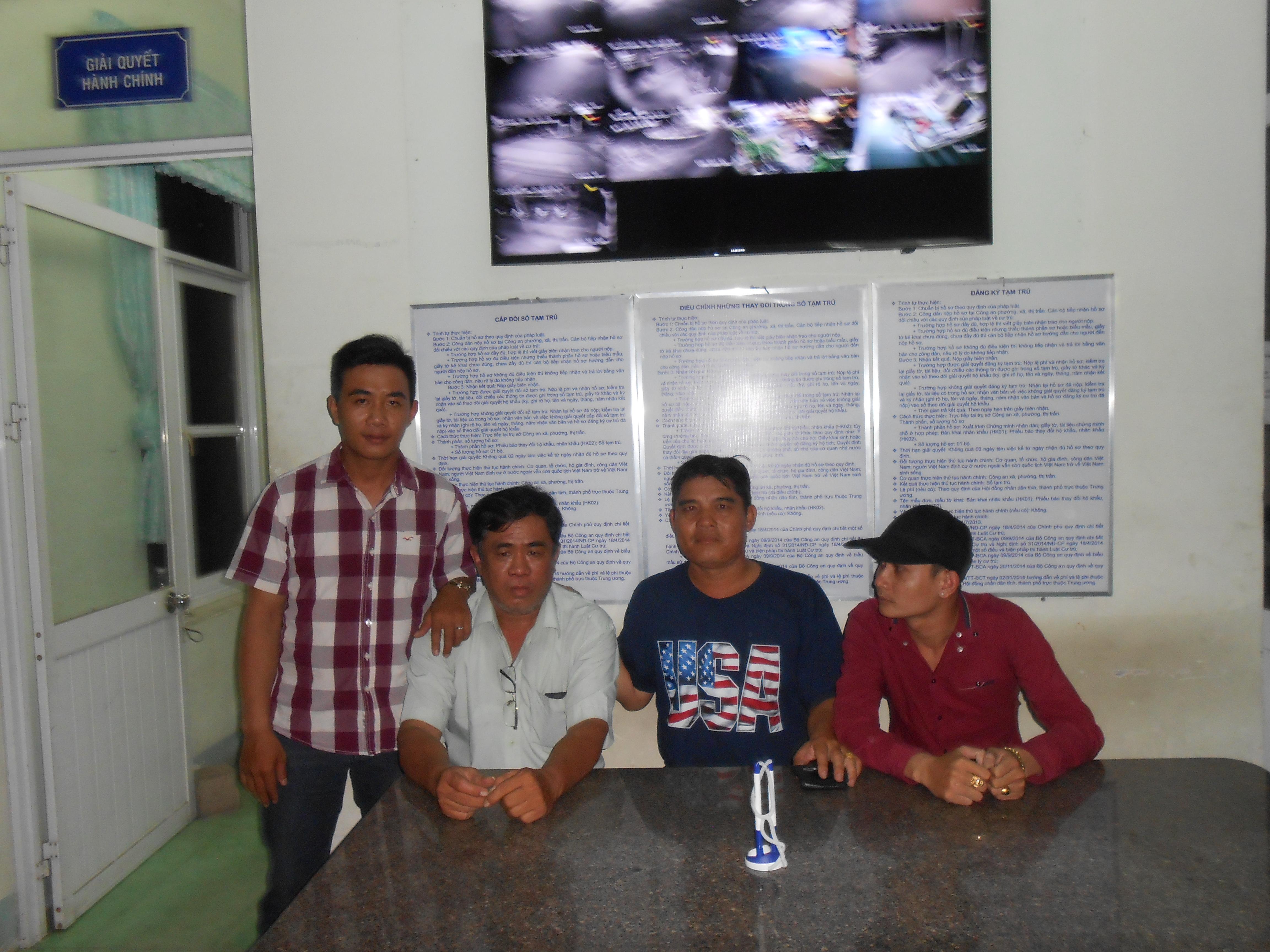 Ông Phúc (thứ 2 từ trái sang) bị các hiệp sĩ đưa đến đồn công an