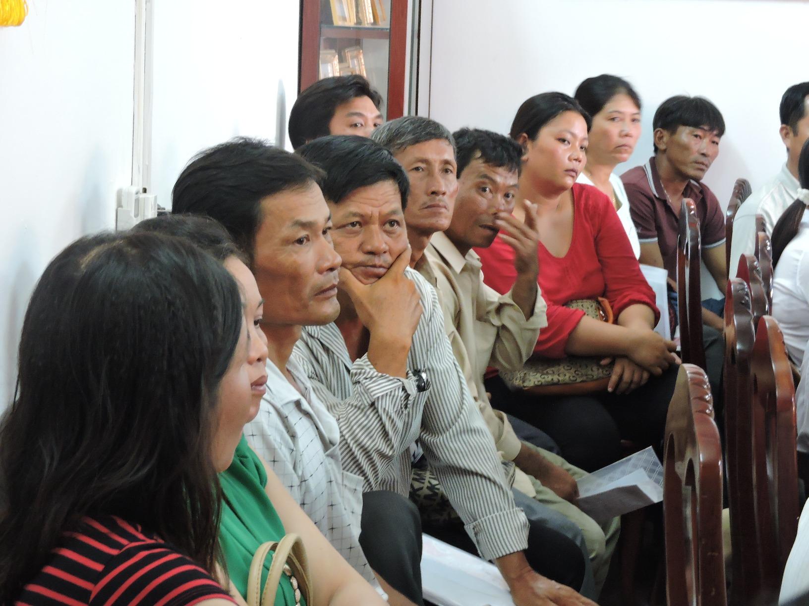 Các hộ dân nuôi cá lắng nghe ý kiến của các bên tại phiên hòa giải