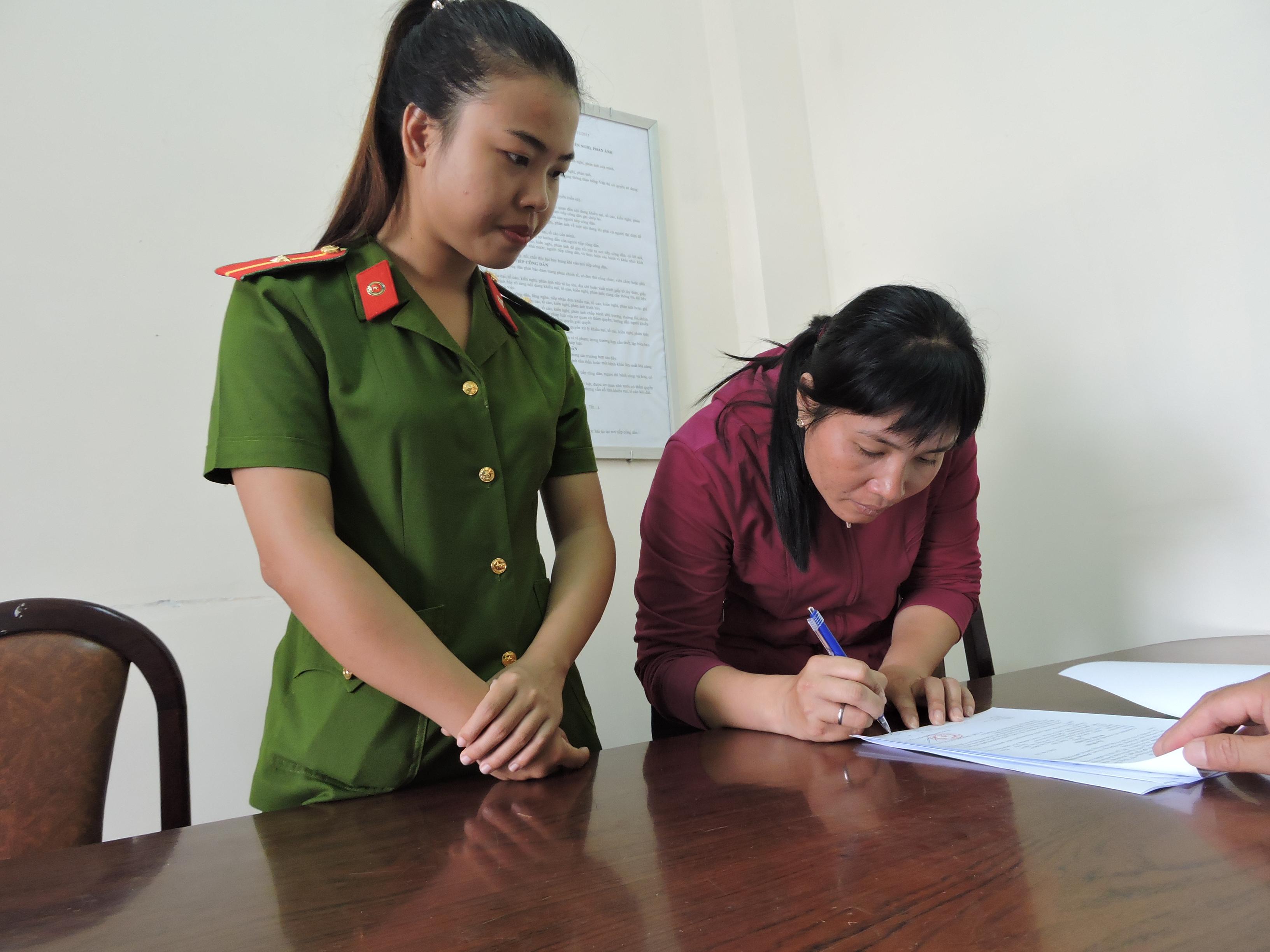 Hiệu ký vào biên bản sau khi nghe công an đọc lệnh khởi tố