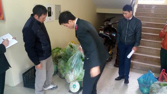 Lực lượng chức năng thu giữ rau không rõ nguồn gốc của Công ty Rau củ quả Trung Thành Ảnh: NGUYỄN QUYẾT