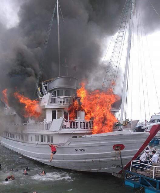 Nhiều người đã phải nhảy xuống biển thoát thân khi con tàu bốc cháy dữ dội