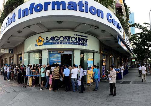 Khách hàng đến mua tour trong một chương trình tri ân của Saigontourist