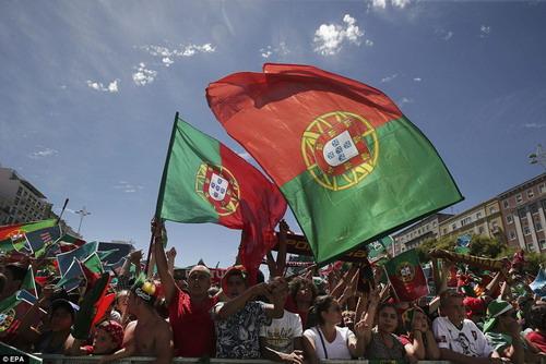 Lisbon ngập trong cờ và hoa