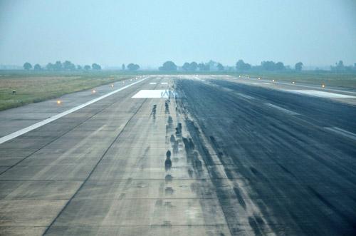 Đường băng 25R/07L sân bay Tân Sơn Nhất đóng cửa để sửa chữa hồi tháng 7-2015 - Ảnh: ĐĐK