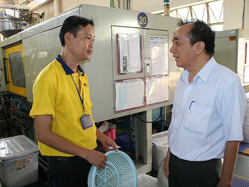 Ông Nguyễn Văn Mốt (bìa phải),Chủ tịch CĐ Công ty Cổ phần Sản xuất Nhựa Duy Tân, thăm hỏi đời sống công nhân.Công ty Cổ phần Sản xuất Nhựa Duy Tân là doanh nghiệp quan tâm, hỗ trợ người lao động nâng cao tay nghề