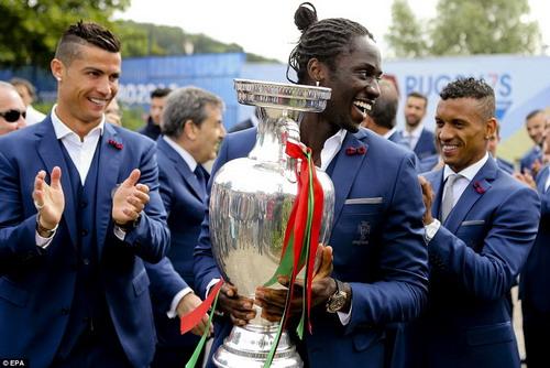 Người hùng Eder bên chiếc cúp bạc vô địch châu Âu