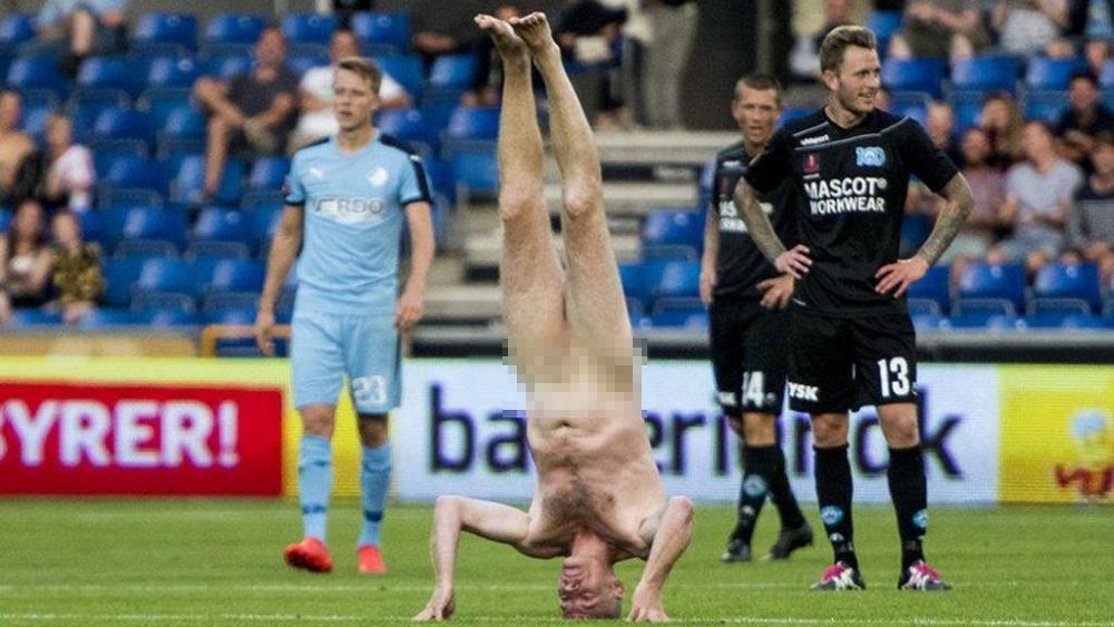 Cựu tuyển thủ Đan Mạch Lars Elstrup với hành động lạ giữa sân