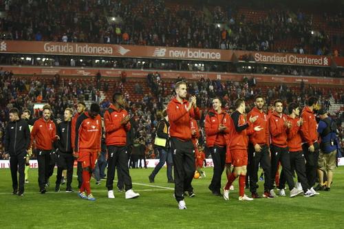 Khán giả sân Anfield chia vui với Liverpool