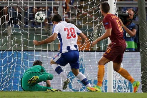 Trung vệ Felipe mở tỉ số cho đội khách Porto