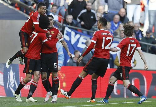 Fellaini (27) phấn khích cùng đồng đội sau bàn mở tỉ số