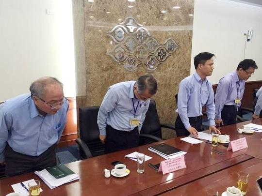 Lãnh đạo Formosa cúi đầu xin lỗi về phát ngôn gây sốc chọn nhà máy hay chọn cá - Ảnh: Mạnh Hà
