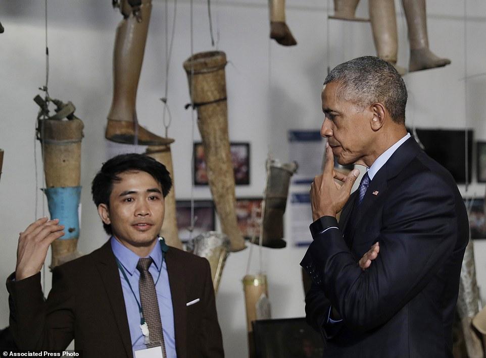 Ông Obama cam kết dành 90 triệu USD giúp Lào dọn sạch số bom còn sót lại. Ảnh: AP