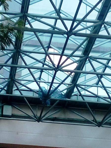 Mái che được thiết kế bằng kính trước khách sạn Sheraton Saigon bị thủng lỗ
