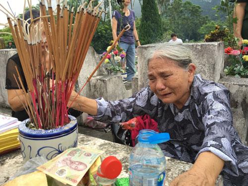 Bà Nguyễn Thị Đạo, mẹ liệt sĩ Nguyễn Văn Thịnh, khóc nức nở bên mộ con