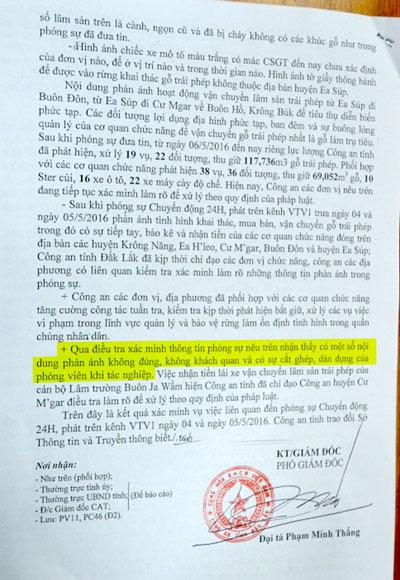 Ông Vũ Dũ Dinh bên cây rừng mà ông khẳng định là phóng viên bảo chặt để quay cảnh phá rừng (ảnh trên) và báo cáo của Công an tỉnh Đắk Lắk do Phó Giám đốc Phạm Minh Thắng ký, ghi rõ nội dung phóng sự phá rừng của VTV có cắt ghép, dàn dựng