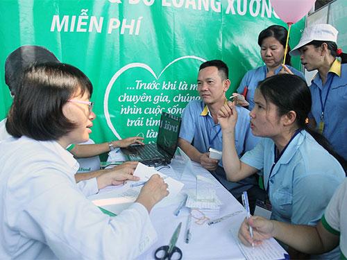 Tư vấn sức khỏe miễn phí cho công nhân. ẢNH: HOÀNG TRIỀU