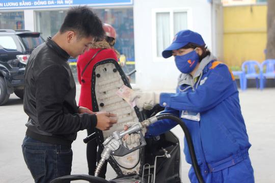 Khách mua xăng tại cây xăng trên đường Tây Sơn (Hà Nội) - Ảnh: Nguyễn Hưởng