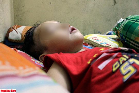 Em Huỳnh Trung Nghĩa (5 tuổi) thỉnh thoảng hoảng hốt khi ngủ