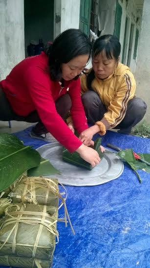 Công nhân ở lại công trường thuỷ điện Lai Châu gói bánh chưng để đón Tết