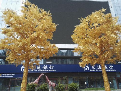 Hiện vẫn chưa ai xác nhận việc hàng cây được mạ vàng thật hay chỉ là phủ lớp sơn có màu như vậy.