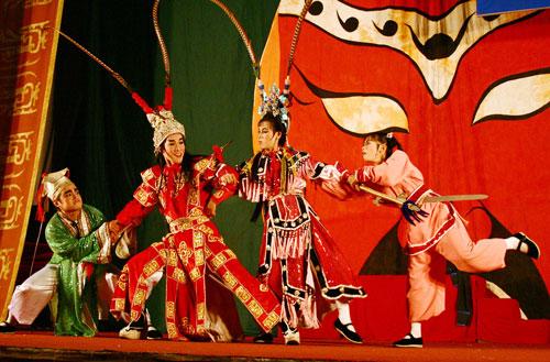 Các diễn viên Nhà hát Nghệ thuật Hát bội TP HCM trong chương trình giới thiệu về nét đẹp của sân khấu hát bội truyền thống