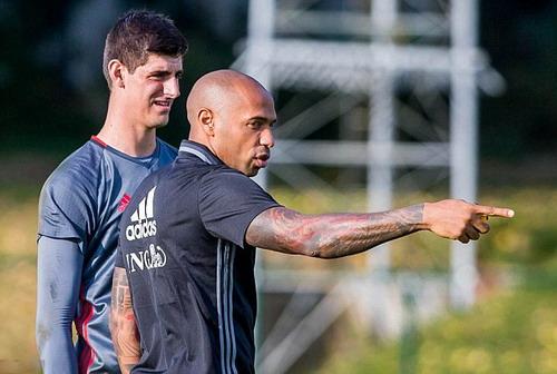 Henry truyền đạt kinh nghiệm cho thủ môn Thibaut Courtois