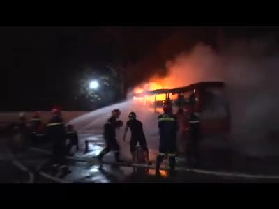 Lực lượng PCCC dập tắt ngọn lửa. Ảnh: Đức Thành
