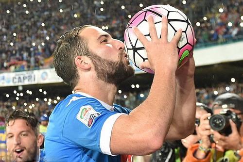 Higuain có mùa bóng hay nhất trong sự nghiệp với 36 bàn thắng ghi cho Napoli