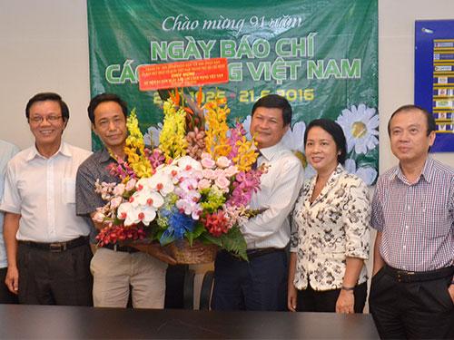 Bà Trần Kim Yến, Thành ủy viên, Chủ tịch LĐLĐ TP HCM thăm, chúc mừng Báo Người Lao Động. ẢNH: TẤN THẠNH
