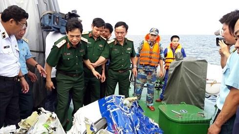 Một mảnh vỡ của máy bay CASA-212 được vớt lên tàu Cảnh sát biển trước đó