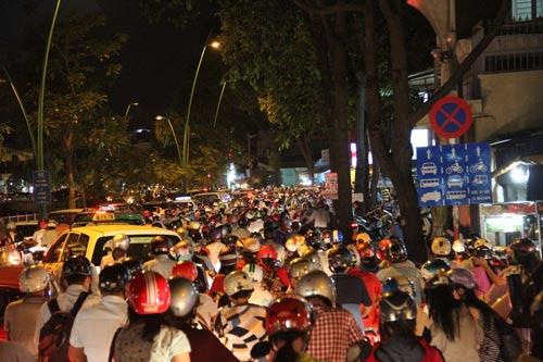 Đường Trường Sa (quận Phú Nhuận, TP HCM) giờ cao điểm thường bị ùn ứ do xe chiếm dụng lòng đường làm nơi dừng, đậu.