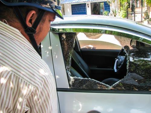 Chiếc xe bà T. bị kẻ trộm đập vỡ kính để lấy túi xách có 50 triệu đồng