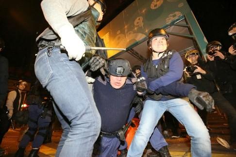 Cảnh sát và người biểu tình đối đầu tại Hồng Kông. Ảnh: SCMP