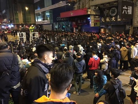 Những cảnh hỗn loạn tại cuộc biểu tình. Ảnh: SCMP