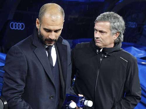 Cuộc đấu trí giữa Guardiola (trái) và Mourinho sẽ là một trong những tâm điểm của derby Manchester tối 10-9. Ảnh: REUTERS