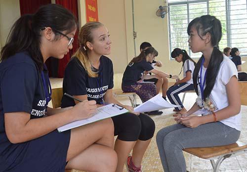 Các tình nguyện viên kiểm tra tiếng Anh đầu vào để xếp lớp cho học sinh tham gia hội trại