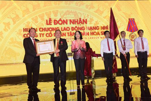 Ông Lê Phước Vũ (thứ hai từ trái sang), Chủ tịch HĐQT HSG, nhận Huân chương Lao động hạng nhì
