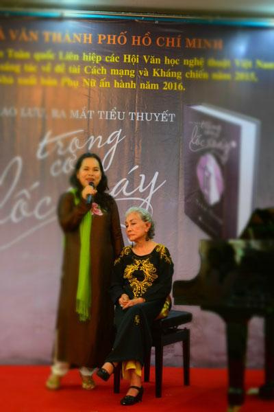 Nhân vật chính - bà Jeannette (ngồi) và nhà văn Trầm Hương tại buổi ra mắt sách