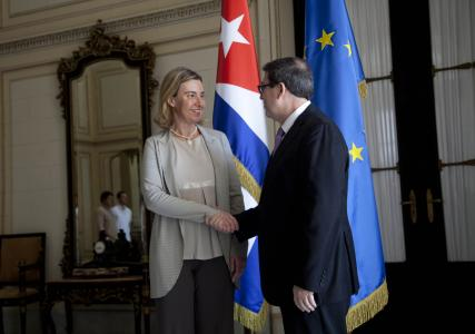 Đại diện Eu, bà Federica Mogherini bắt tay Bộ trưởng Ngoại giao Cuba Bruno Rodriguez trong buổi ký kết thỏa thuận bình thường hóa quan hệ hôm 11-3. Ảnh: AP