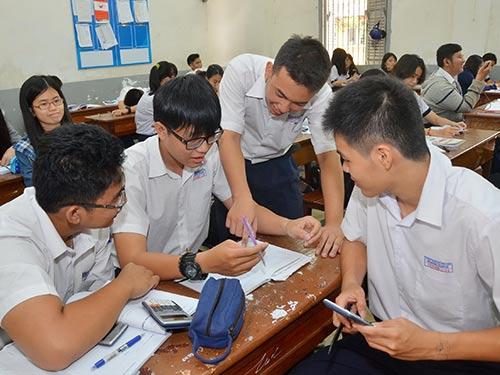 Học sinh lớp 12 Trường Marie Curie (TP HCM) ôn tập chuẩn bị cho kỳ thi THPT quốc gia Ảnh: TẤN THẠNH