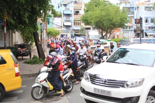 Các phương tiện phải đi vào trong hẻm rồi mới đi ngược trở ra đường Trường Sa để tiếp tục lưu thông
