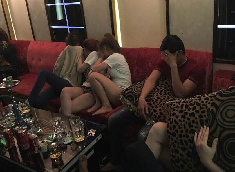 Lực lượng chức năng phát hiện nhiều đối tượng nam lẫn nữ có biểu hiện phê ma túy trong quán karaoke Milano.
