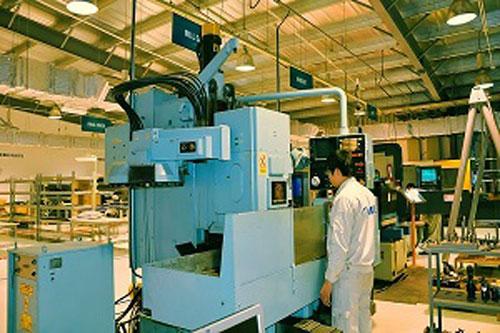 Xưởng sản xuất tại KCN Quang Minh - Hà Nội (ảnh trên) và khu chế tạo thiết bị máy bay của AESCẢnh: website của AESC