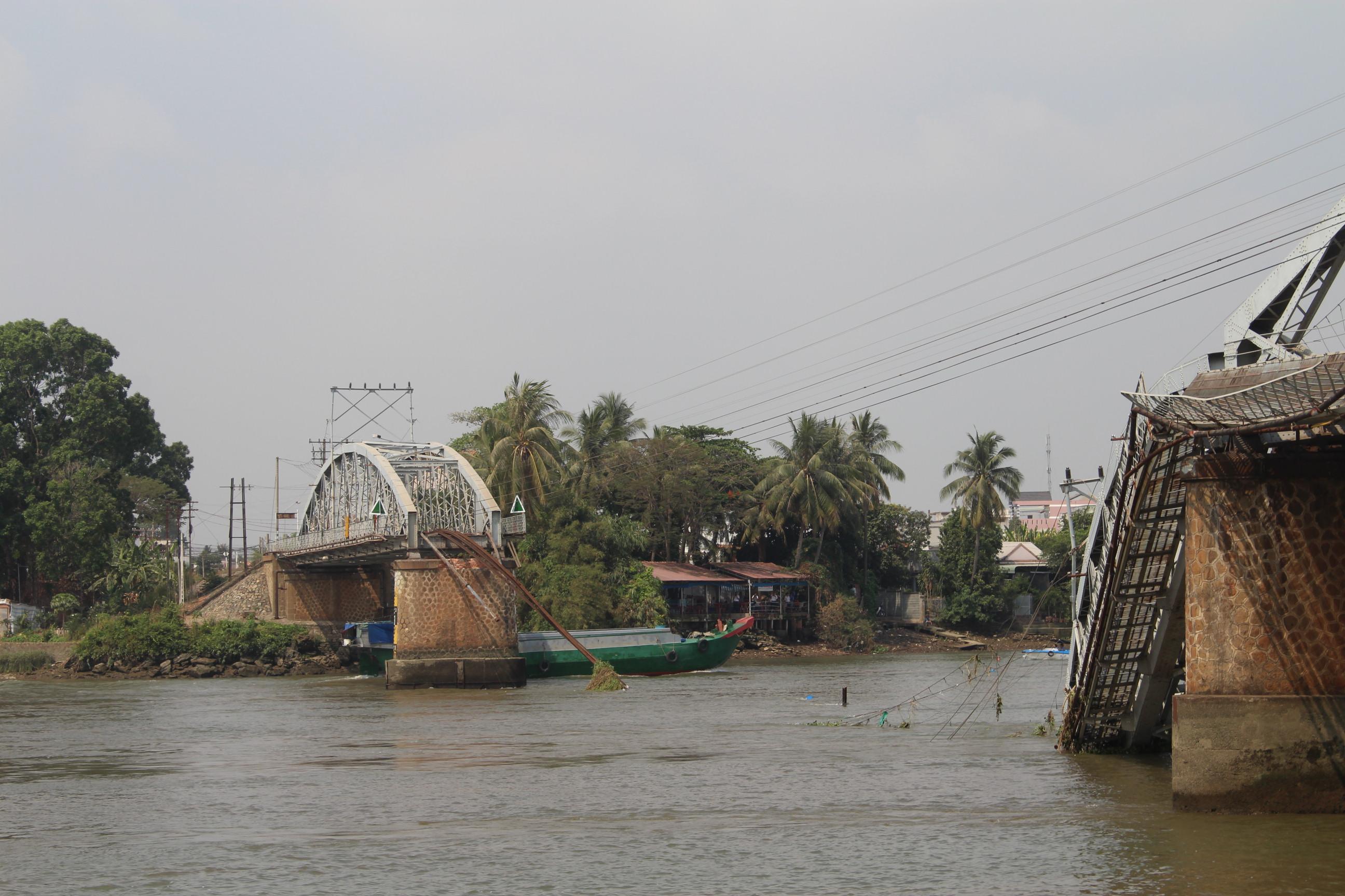 Ngày 20-3, cầu Ghềnh 100 năm tuổi bị sà lan tông sập, đường sắt Bắc -Nam gián đoạn, tài công và chủ tàu kéo bị bắt giam để điều tra
