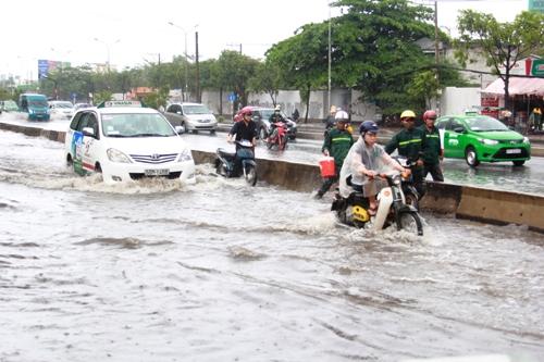 Theo ghi nhận, đường Nguyễn Hữu Cảnh, đoạn từ cầu Sài Gòn đến hầm chui bị ngập sâu, có chỗ lên đến 0,5m, khiến các phương tiện chết máy hàng loạt.