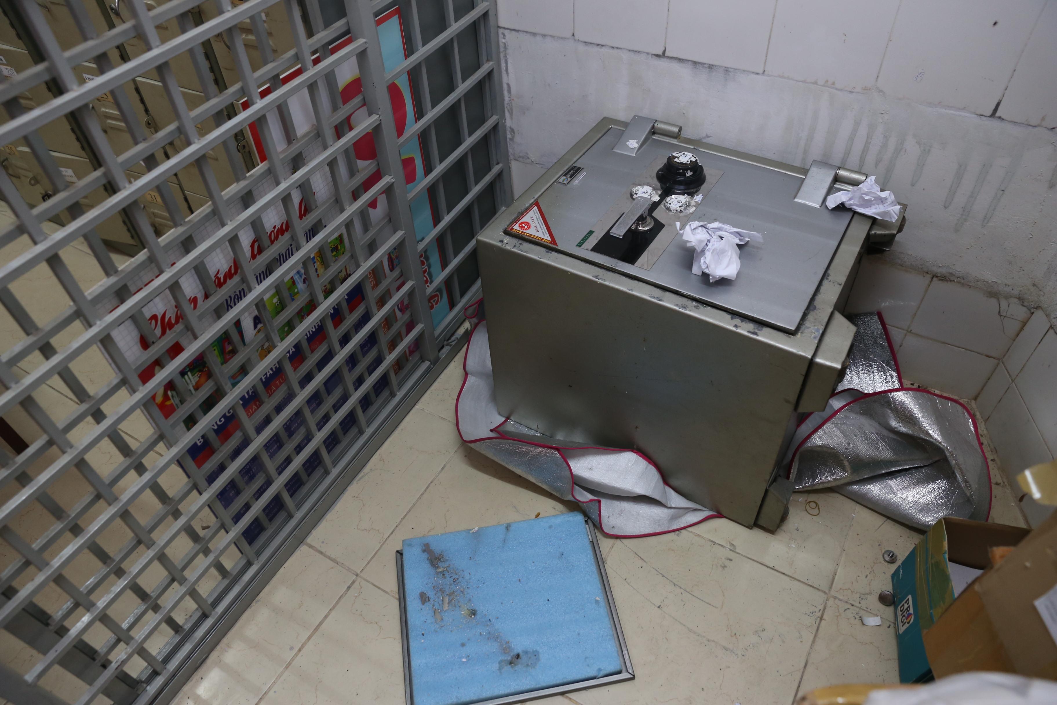 Một trong hai chiếc két sắt của nhà sách bị trộm đục phá
