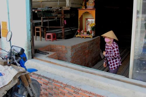 Nhân viên cửa hàng sắt thép này cho biết sau khi nâng đường, công việc kinh doanh ế ẩm hơn trước