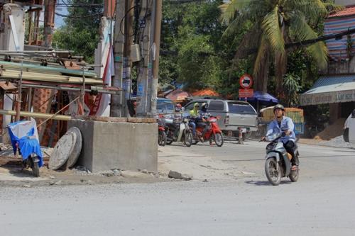 Một hố ga cao khoảng 1 m khiến nhiều người giật mình về độ cao của đường